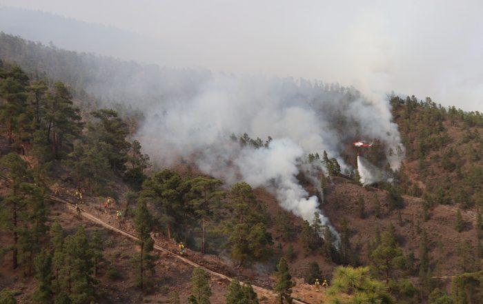 Imagen de las labores de extinción durante el incendio forestal de Arico, capturada por el equipo de Innovatica